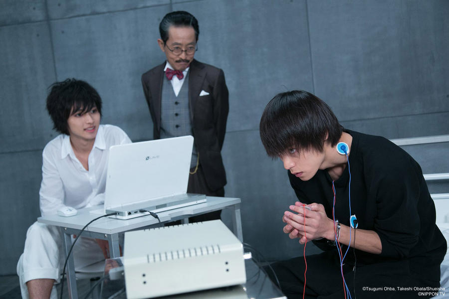 Watari watches as L tests the tortured Light Yagami